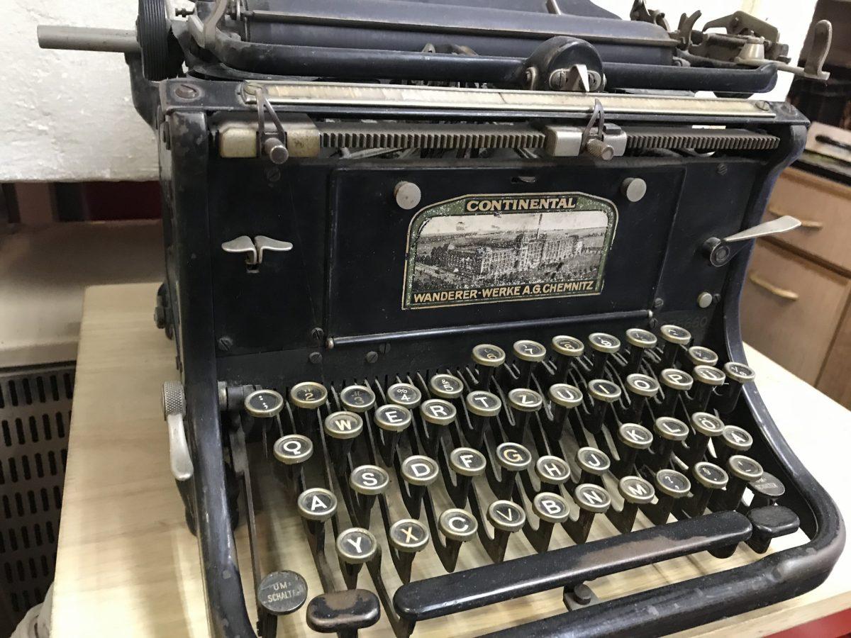 Alte Schreibmaschine aus der analogen Welt..