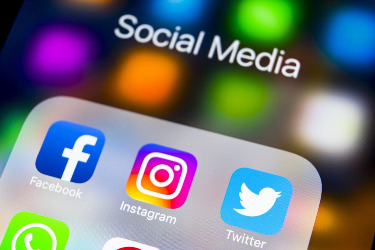 Social Media Icons auf dem Handy mit Schriftzug Social Media oben am Bildrand.