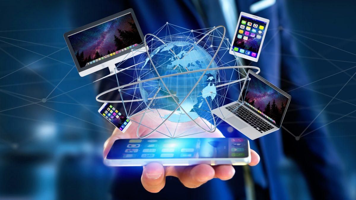 Weltweit vernetzt mit PC, Laptop, Tablets und Smartphone rund um den Globus. Das Bild soll zeigen, wie sehr die Online Welt heute im Internet digital vernetzt ist.