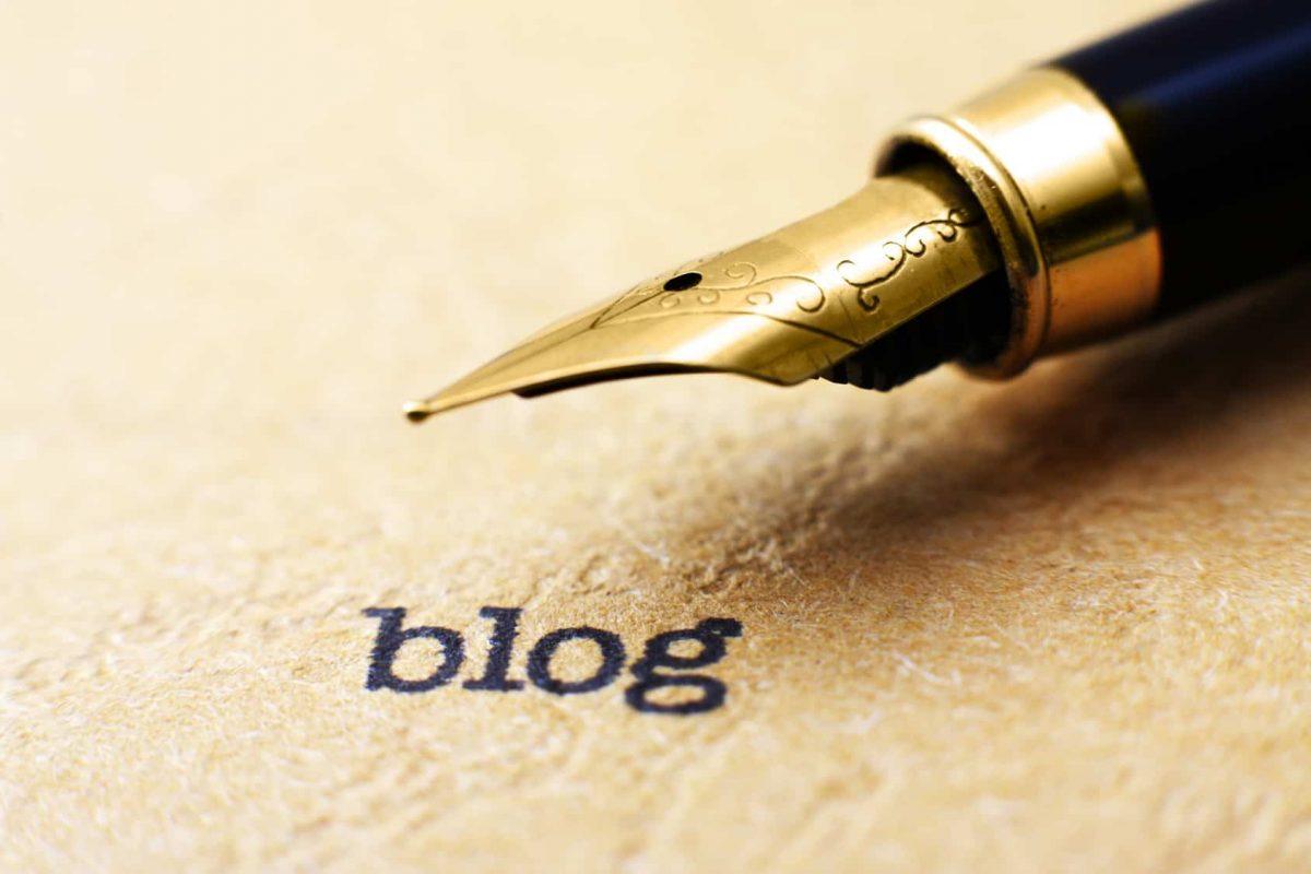 Im Mittelpunkt des Bildes ist die Feder eines Füllfederhalters, um das mit Hand geschriebene Wort zu symbolisieren. Darunter steht in schwarz blog geschrieben.